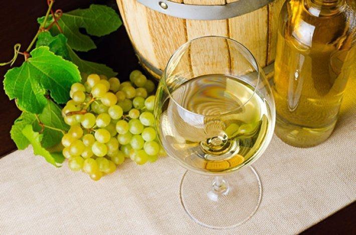 Perché il vino bianco è chiamato così nonostante sia di colore giallo? 10